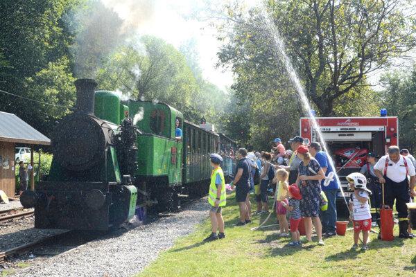 Spŕška vody od dobrovoľných hasičov z Medzeva bola počas horúceho dňa príjemným osviežením.