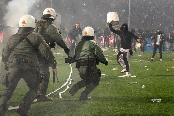 V Solúne musela proti divákom zasahovať polície.