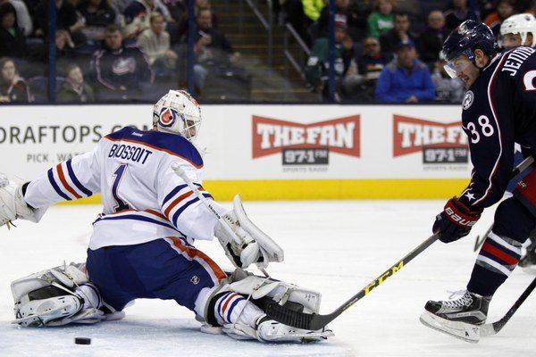 Hráč Columbusu Boone Jenner (vpravo) strieľa jeden z gólov do siete Edmontonu Oilers.