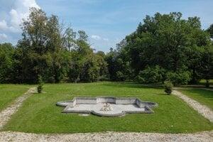 Nefunkčná fontána v parku