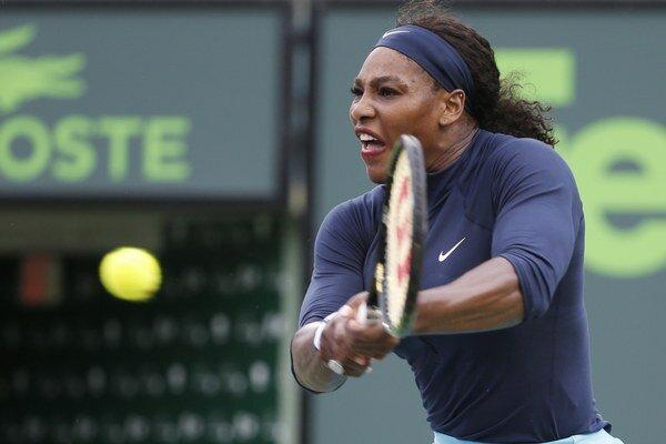 Serena Williamsová musela o postup bojovať v troch setoch.