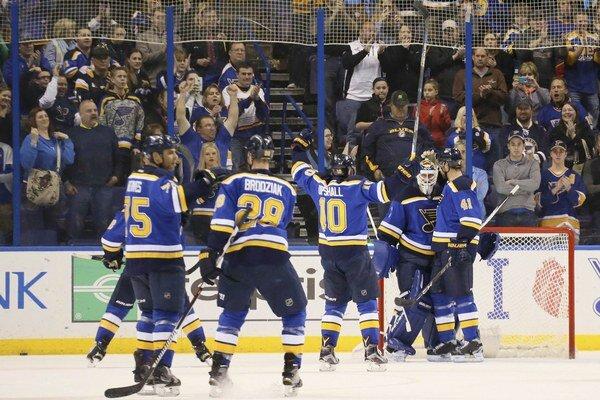 Hráči St. Louis ďakujú svojmu brankárovi Brianovi Elliottovi.