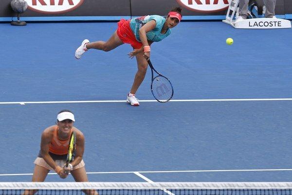 Tenisový pár Martina Hingisová a Sania Mirzová valcuje súperky.