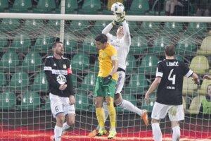 Futbalisti Žiliny čelili v zápase štvrťfinále Slovnaft Cupu Dunajskej Strede.