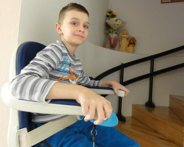 Martinko prestal chodiť pred vyše rokom. Aby sa dostal na poschodie, musí použiť schodiskovú sedačku.