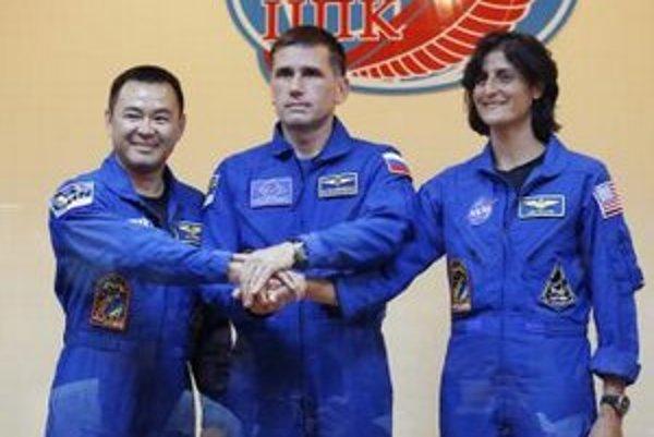 Ruský kozmonaut  Jurij Malenčenko (uprostred) , americká astronautka  Sunita Williamsová (vpravo) a japonský astronaut  Akihiko  Hošide pred odletom.