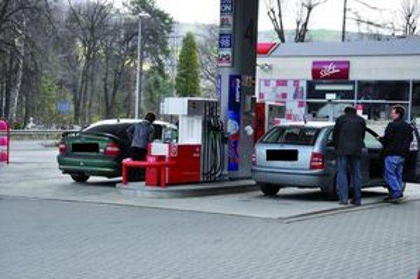 Benzínové zásoby. Slováci tankujú aj do kanistrov.