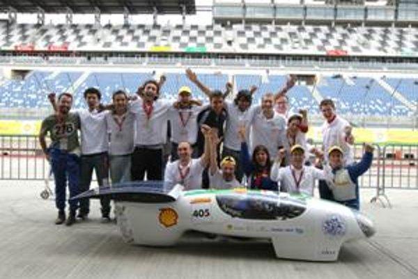 Taliansky tím mecc-Sun z milánskej polytechniky navrhol a postavil automobil poháňaný slnečnou energiou, ktorý je schopný najazdiť 1 108 km na 1 kWh.
