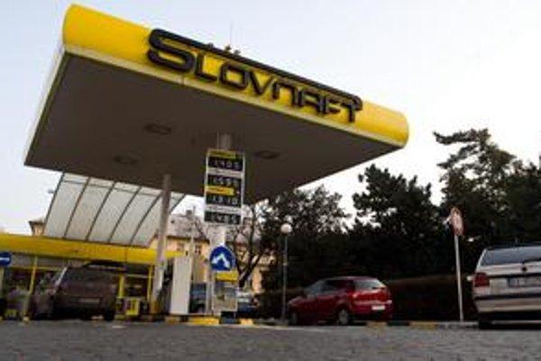 Maloobchodné ceny  benzínu a nafty sú pri historickom porovnaní stále veľmi vysoké.