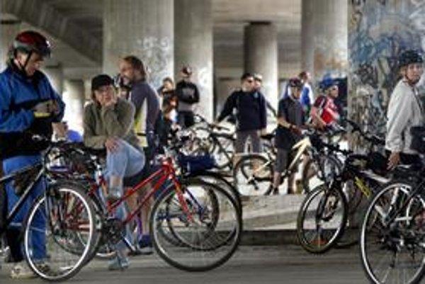 Cyklistov by už nemali zastaviť ani jednosmerky, na ceste im namaľujú miesto.