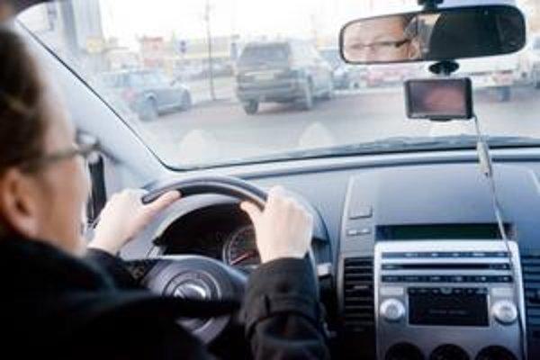 Navigačné zariadenie musí byť umiestnené tak, aby zakrývalo len výhľad na kapotu, nie na cestu. Za porušenie vyhlášky hrozí pokuta.
