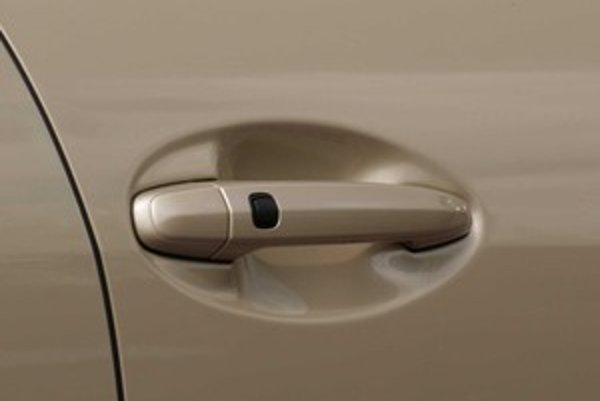Nové autá majú odolnejšie zámky proti zamrznutiu, napriek tomu treba pred zimou a odstávkou opakovane odomknúť a zamknúť auto kľúčom.