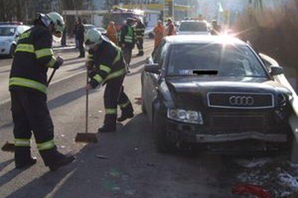 Vodič tohto auta si za volant sadol poriadne opitý. Auto narazilo do zvodidiel.