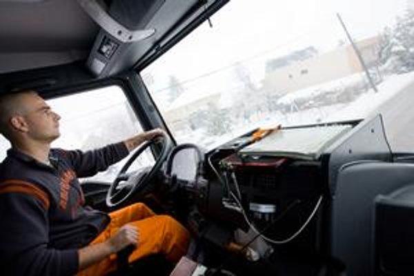 Najväčším postrachom pre odhŕňač je podľa jeho vodiča Tomáša poľadovica a hmla. Vtedy môže mimo cesty skončiť aj navonok neohrozene vyzerajúce niekoľkotonové auto.