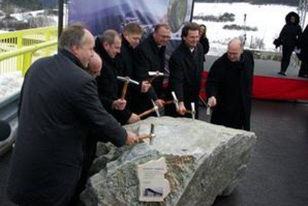Oficiálne začatie stavby - poklepanie základného kameňa.