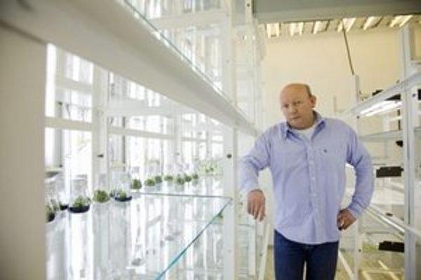 prof. RNDr. František Baluška, DrSc. (1957)Biológ, jeden zo svetových priekopníkov odboru rastlinná neurobiológia. Pochádza z Dunajskej Stredy. V Bratislave na Prírodovedeckej fakulte UK vyštudoval fyziológiu rastlín. Vedie laboratórium Inštitútu bunkov
