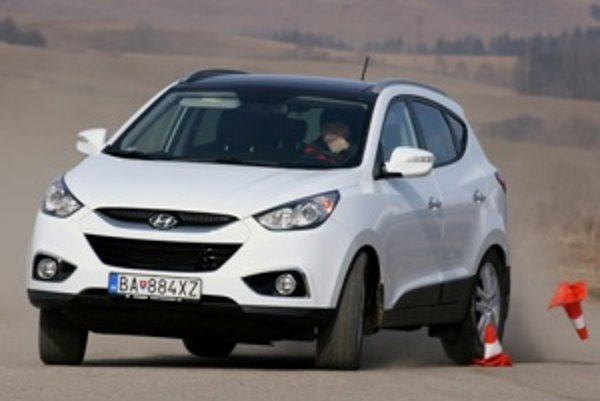 Hyundai iX35 patrí medzi pekné autá svojej triedy. Má príjemný interiér a jednoduché ovládanie navigácie. Podvozok sa rád hojdá, ale šoférovi dá naznámosť, kedy má dosť.