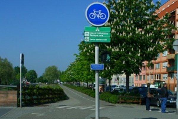 Centrum Štrasburgu patrí chodcom a cyklistom. Napriek tomu nemôže mesto spať na vavrínoch, pretože osobná preprava na území celého mesta vzrástla od roku 1992 o 120 percent.