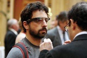 Spoluzakladateľ spoločnosti Google Sergej Brin ukázal okuliare rozširujúce realitu na charitatívnom večierku nadácie, ktorá sa venuje boju proti slepote.