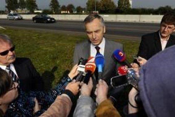 Na snímke prvý podpredseda vlády a minister dopravy, pôšt, telekomunikácií SR Ján Figeľ odpovedá na otázky novinárov na diaľnici D1 medzi Bratislavou a Trnavou v Triblavine 24. septembra 2010.