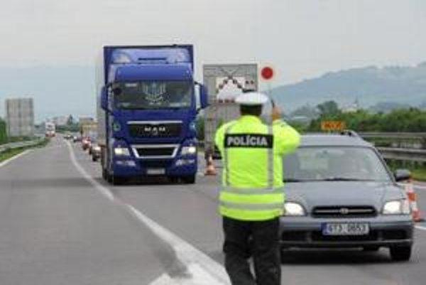 Policajti v akcii pri odpočívadle Hrádok.