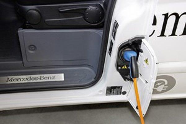 Akumulátory sa nabíjajú cez nabíjacie stanice. Tie boli poskytnuté pilotným zákazníkom k dispozícii zo strany oboch dodávateľov elektrickej energie EnBW a Vattenfall. Nabíjacia zásuvka Vita E-CELL sa spojí so stanicou sedempólovým štandardným nabíjacím ká