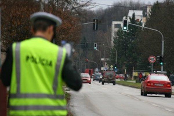 Nameranie prekročenej rýchlosti na Švermovej ulici v Brezne nekončilo výnimočne pokutou, ale dohovorom. Väčšina previnilcov však podvedome dodržiavala 50 kilometrový limit v meste. Obmedzenie značkou si nevšimli.