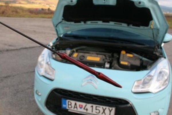 K zime patrí kontrola hladiny oleja. Najlepšie je, ak idete s autom na prehliadku a výmenu oleja raz za rok. Nie je nutné používať vyslovene zimné a letné oleje, ale univerzálny  olej musí byť taký, aby spĺňal podmienky slovenskej zimy  a mal v označení W