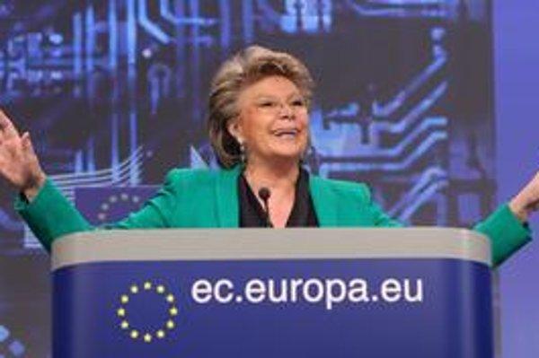 Eurokomisárka pre spravodlivosť Viviane Redingová obhajuje nové nariadenie tým, že to súčasné bolo prijaté v roku 1995 a nezohľadňuje technologické zmeny.