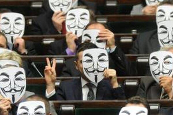 Poslanci poľského liberálneho Palikotovho hnutia v parlamente protestovali v maskách hnutia Anonymous.