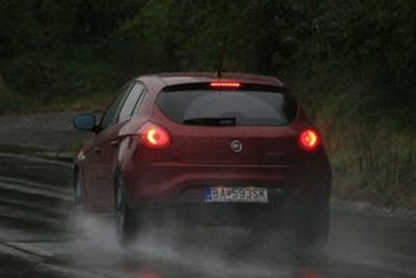 Okrem prispôsobenia rýchlosti  vode a pneumatikám netreba zabúdať na osvetlenie. Počas prvých sychravých dní jazdí veľa áut bez zapnutých svetiel.