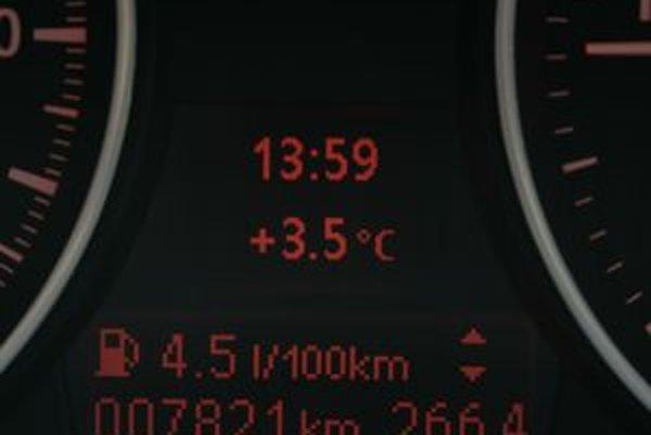 Každé moderné auto  má zabudovaný teplomer s výstupom na displeji.  Niektoré upozorňujú na pokles teploty pod štyri stupne nad nulou. Aj vtedy môže byť poľadovica.