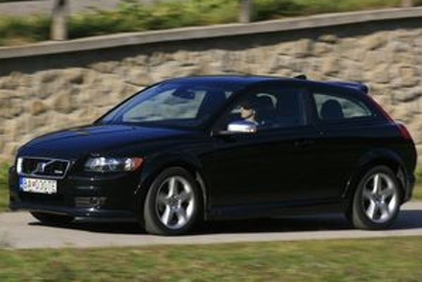 Čierna farba  robí auto príťažlivejším pre tých, ktorí kontrastom neholdujú. Napokon, kontrastné je už iba to, ako Volvo C30 vyzerá.