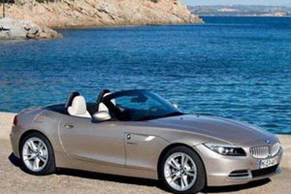 Zásadná novinka v technike BMW Z4 sa týka priestoru nad hlavami pasažierov. Konštruktéri tak trochu podľahli trendom a menej praktické, ale romantické plátno nahradili dvojdielnou pevnou sklápaciou strechou.