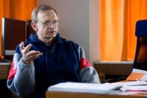 Tomáš Blažek prednáša teoretickú fyziku na FMFI UK v Bratislave a zúčastňuje sa na výskume prostredníctvom detektoru ATLAS na Veľkom hadrónovom urýchľovači Európskej organizácie pre jadrový výskum (CERN) neďaleko Ženevy.