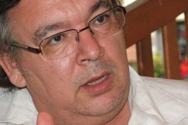 Doc. RNDr. Dušan Bruncko, CSc. (1955) je vedúci ATLAS skupiny v Ústavu experimentálnej skupiny SAV v Košiciach. Vyštudoval Matematicko-fyzikálnu fakultu UK v Prahe, pred rokom 1989 pracoval v CERN-e v rámci experimentu HELIOS-3, po revolúcii bol členom ex