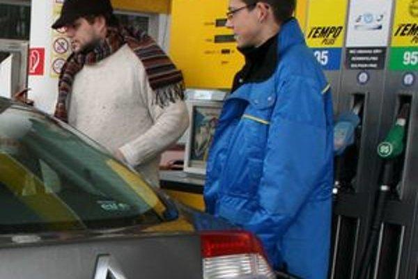 Pri častom striedaní áut sa oplatí ešte po zaplatení skontrolovať účet, aby nedošlo k naštartovaniu. Príčinou nesprávneho natankovania môže byť stres alebo odpútanie pozornosti rozhovorom.