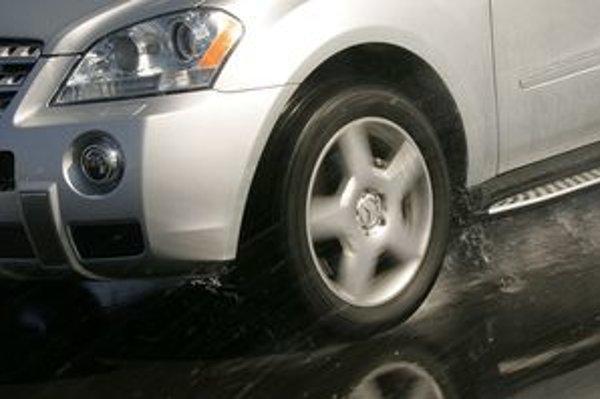 Pri výbere letných pneumatík je dôležitý správny rozmer, vlastnosti na mokrej ceste, valivý odpor, aj kilometrový výkon. Výber uľahčujú rozsiahle testy autoklubu Adac.