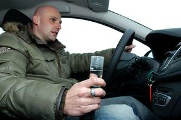 Alkohol za volant nepatrí a dobrý šofér nehľadá najužšiu hranicu medzi pitím alkoholu a sadaním za volant. Je však lepšie, ak si odmeria alkohol v dychu a sadne za volant iba vtedy, ak je na nule.