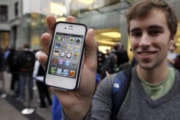 Nový iPhone 4S je na nerozoznanie od predchádzajúceho modelu, ale v jeho vnútri pribudla užitočná a zábavná hlasová asistentka Siri.
