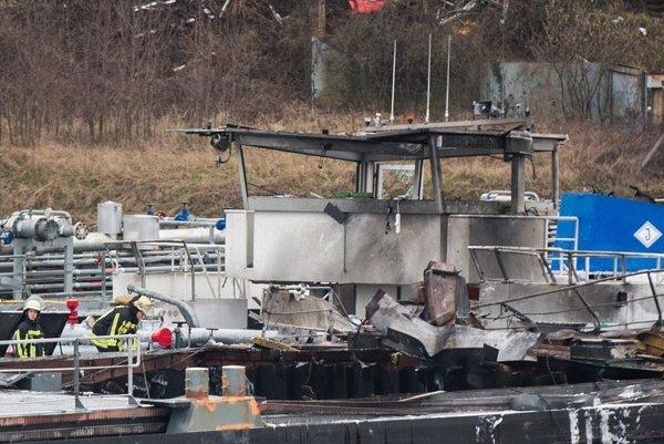 Požiar na lodenici v Duisburgu.