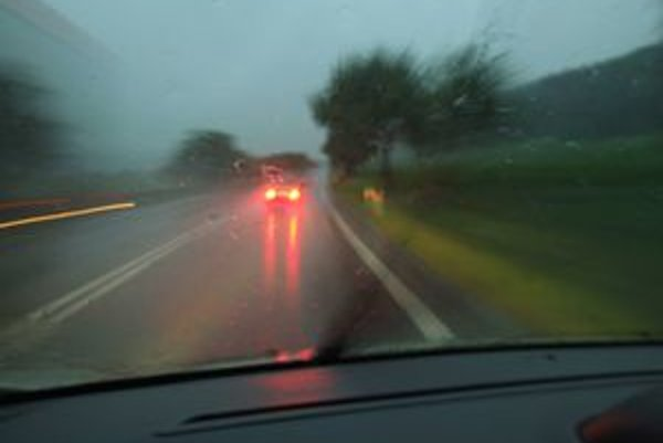 Dobrý výhľad z auta je o najmä o bezpečnosti. Nezotreté okno rozmazáva obraz a vodič prestáva mať dobrý prehľad o vzdialenosti od áut vpredu.