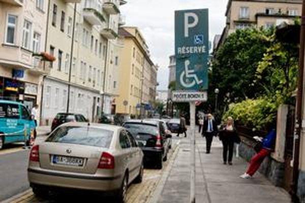 Vlastné parkovacie miesto pre invalidov môže vyjsť aj na 332 eur.