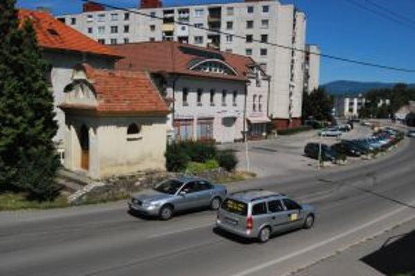 Vjazd na hlavnú cestu na Holubyho ulici komplikuje budova kaplnky a množstvo áut na parkovisku.
