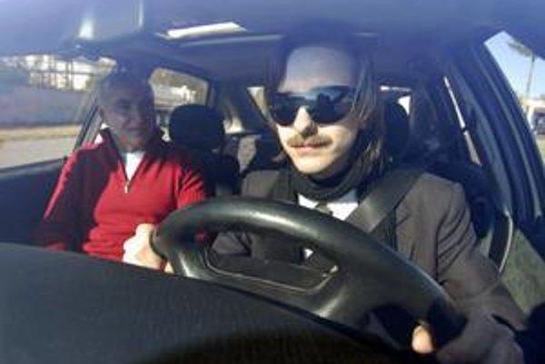 Na letisku v českom Olomouci zvládli svoje prvé šoférovanie v živote aj slabozrakí a nevidomí. U nás majú najmä mladí za volantom problém.