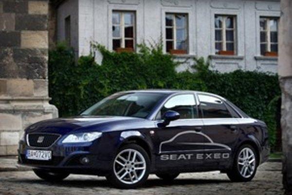 Triezve tvary karosérie okoloidúcich nešokujú. Exeo má tvár športového sedanu bez zbytočnej prezdobenosti.