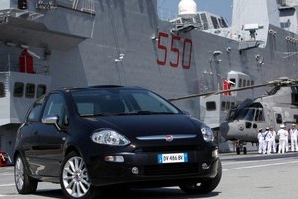 Taliani predstavili nový model na palube lietadlovej lode Cavour. Vlajková loď talianskeho námorníctva má vyše päťstočlennú posádku, dĺžku 244 metrov a hmotnosť 27 tisíc ton.