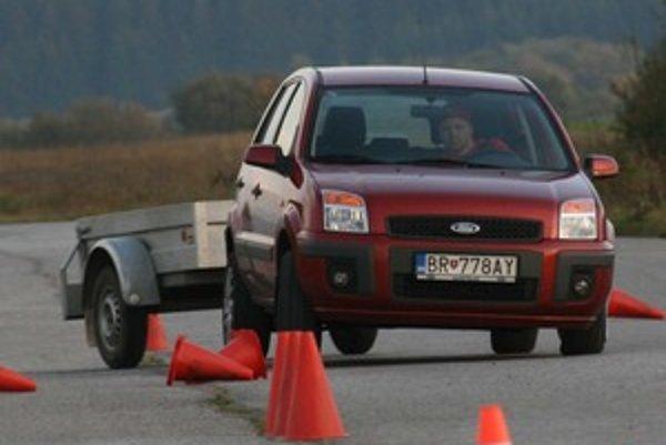 Vozík je ako kyvadlo a manéver, ktorý je pre auto zvládnuteľný, môže príves doslova rozhádzať.