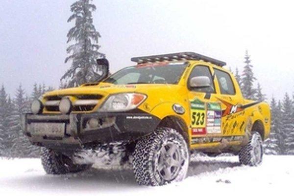 Toyota Hilux Dakar pôsobí spredu ako Monster Truck. Vďaka nárazníku ARB a vysokému podvozku.