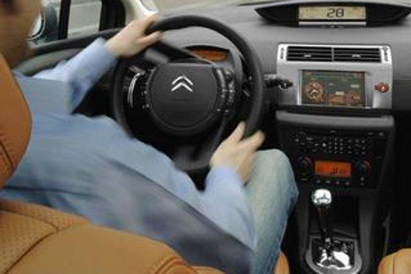 Radenie pri volante je vraj celkom zábavné ale najdôležitejšie je, že aj v manuálnom režime zostávajú ruky na volante.